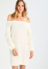 Missguided - AYVAN OFF SHOULDER - Vestido de punto - cream - 0
