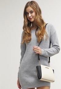Missguided - AYVAN OFF SHOULDER - Strikket kjole - light grey - 3