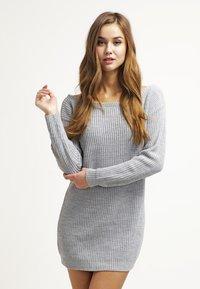 Missguided - AYVAN OFF SHOULDER - Strikket kjole - light grey - 0