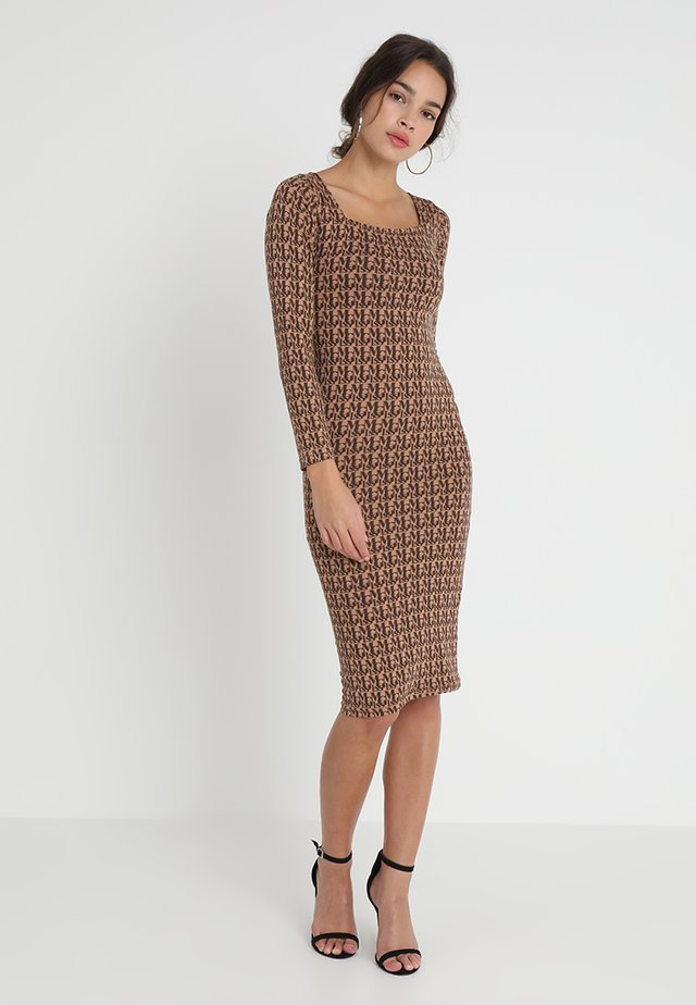 PRINT MIDI DRESS - Shift dress - brown