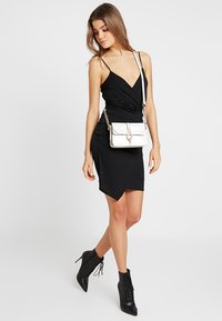 Missguided - SLINKY WRAP OVER MINI DRESS - Pouzdrové šaty - black - 2