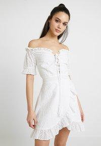 Missguided - BARDOT BRODERIE DRESS - Vestido informal - white - 0
