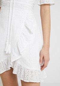 Missguided - BARDOT BRODERIE DRESS - Vestido informal - white - 5