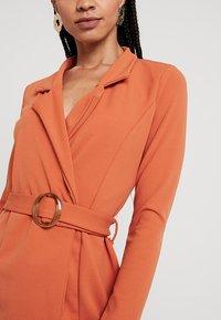 Missguided - LONG SLEEVE TORTOISE BELT BLAZER DRESS - Pouzdrové šaty - rust - 4