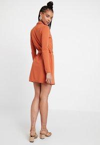 Missguided - LONG SLEEVE TORTOISE BELT BLAZER DRESS - Pouzdrové šaty - rust - 3