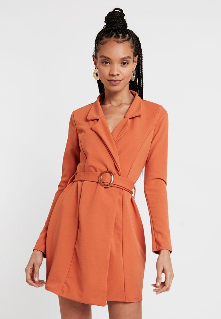 Missguided - LONG SLEEVE TORTOISE BELT BLAZER DRESS - Pouzdrové šaty - rust