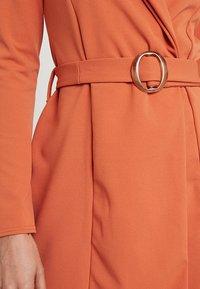 Missguided - LONG SLEEVE TORTOISE BELT BLAZER DRESS - Pouzdrové šaty - rust - 6
