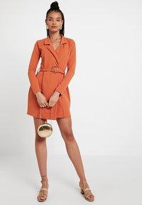 Missguided - LONG SLEEVE TORTOISE BELT BLAZER DRESS - Pouzdrové šaty - rust - 2