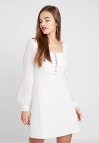 Missguided - MILKMAID HOOK AND EYE ORGANZA DRESS - Vestito estivo - white - 0