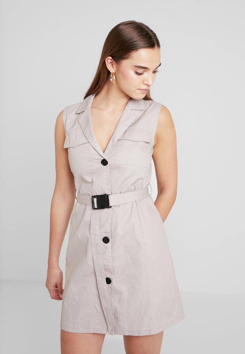 Missguided - BLAZER DRESS SLEEVELESS BELTED - Košilové šaty - stone