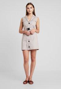 Missguided - BLAZER DRESS SLEEVELESS BELTED - Košilové šaty - stone - 1