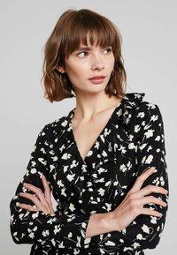 Missguided - WRAP RUFFLE FRONT TEA DRESS - Denní šaty - black - 4