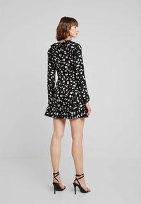 Missguided - WRAP RUFFLE FRONT TEA DRESS - Denní šaty - black - 2