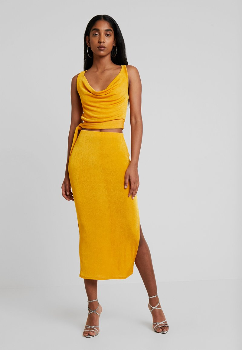 Missguided - SLINKY COWL NECK TIE SIDE AND MIDI SKIRT SET - Falda de tubo - mustard