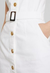Missguided - BELTED BUTTON THROUGH MINI DRESS - Denimové šaty - white - 5