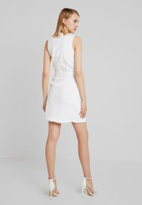 Missguided - BELTED BUTTON THROUGH MINI DRESS - Denimové šaty - white - 2