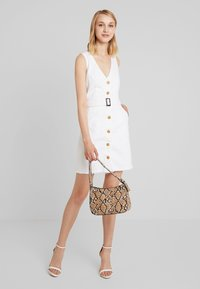 Missguided - BELTED BUTTON THROUGH MINI DRESS - Denimové šaty - white - 1