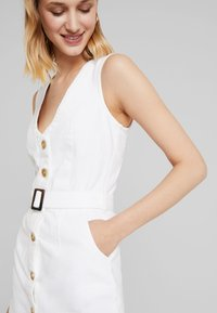 Missguided - BELTED BUTTON THROUGH MINI DRESS - Denimové šaty - white - 3
