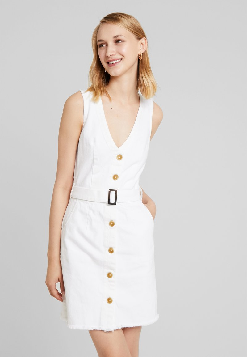 Missguided - BELTED BUTTON THROUGH MINI DRESS - Denimové šaty - white