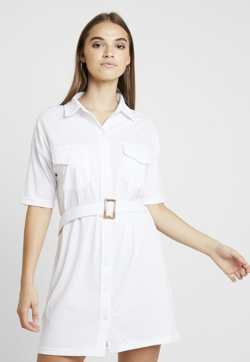 Missguided - BELTED DRESS - Paitamekko - white