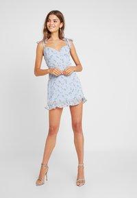 Missguided - FLORAL TIE SHOULDER MINI DRESS - Cocktailkjoler / festkjoler - blue - 1