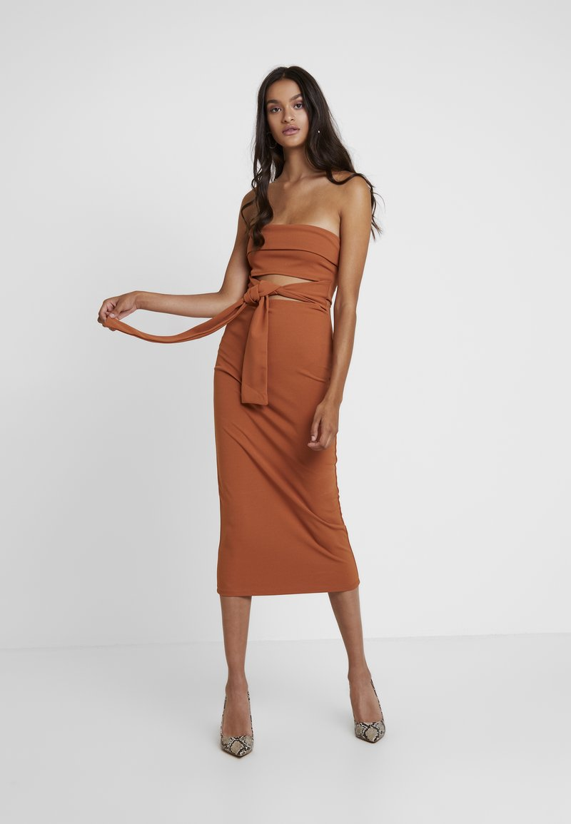 Missguided - CUT OUT BELTED BANDEAU DRESS - Vestito elegante - brown