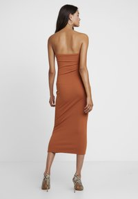 Missguided - CUT OUT BELTED BANDEAU DRESS - Vestito elegante - brown - 3