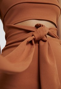 Missguided - CUT OUT BELTED BANDEAU DRESS - Vestito elegante - brown - 6
