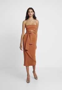 Missguided - CUT OUT BELTED BANDEAU DRESS - Vestito elegante - brown - 2