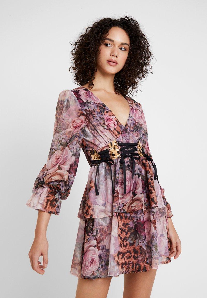 Missguided - FLORAL & LEOPARD TIERED CORSET DETAIL DRESS - Freizeitkleid - pink
