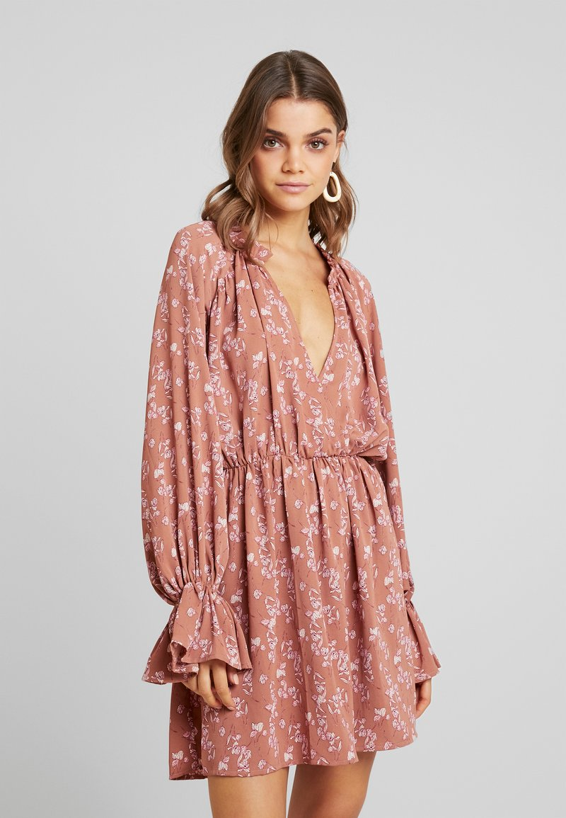 Missguided - PURPOSEFUL PLUNGE FRILL SLEEVES MINI DRESS - Freizeitkleid - blush