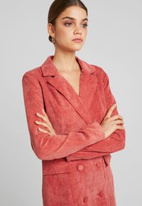 Missguided - PURPOSEFUL BUTTONED BLAZER DRESS - Košilové šaty - coral - 3