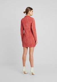 Missguided - PURPOSEFUL BUTTONED BLAZER DRESS - Košilové šaty - coral - 2