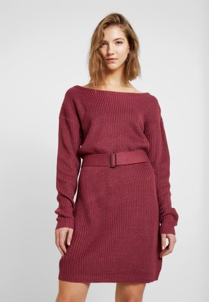 OFF SHOULDER BELTED MINI DRESS - Gebreide jurk - raspberry earth red