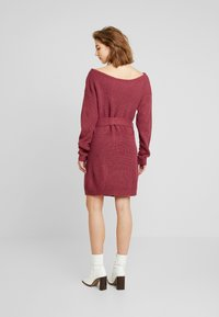 Missguided - OFF SHOULDER BELTED MINI DRESS - Strikket kjole - raspberry earth red - 2