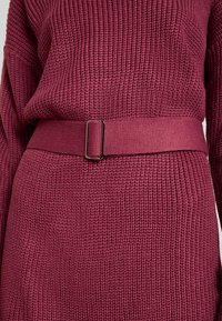 Missguided - OFF SHOULDER BELTED MINI DRESS - Strikket kjole - raspberry earth red - 5