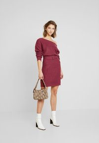 Missguided - OFF SHOULDER BELTED MINI DRESS - Strikket kjole - raspberry earth red - 1