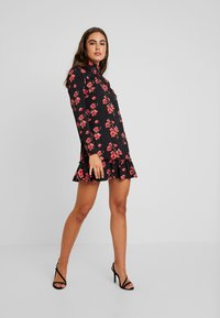 Missguided - HIGH NECK FRILL HEM DRESS FLORAL - Robe d'été - black - 2