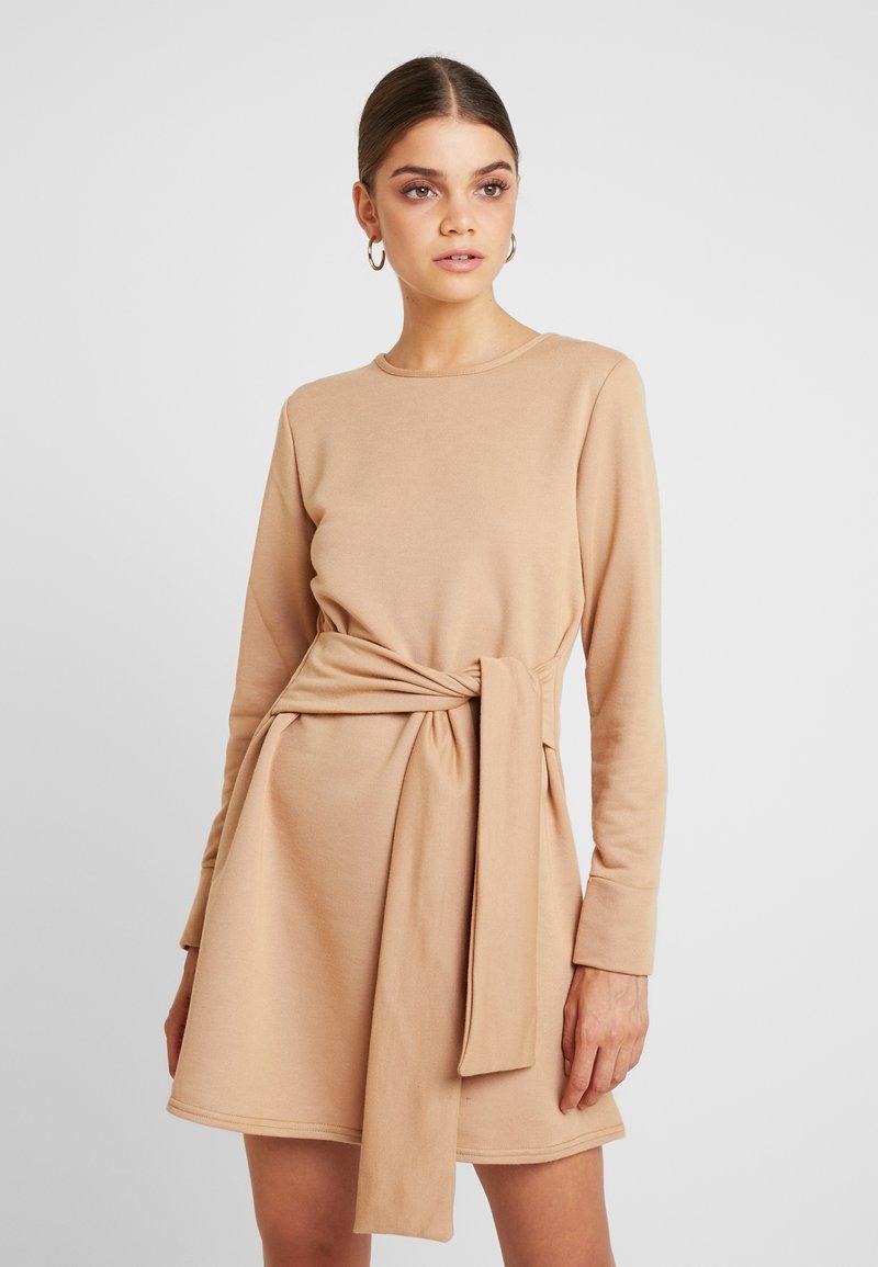 Missguided - TIE WAIST DRESS - Freizeitkleid - beige