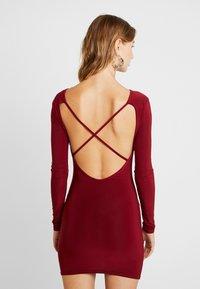 Missguided - SLINKY CROSS BACK MINI DRESS - Pouzdrové šaty - burgundy - 0