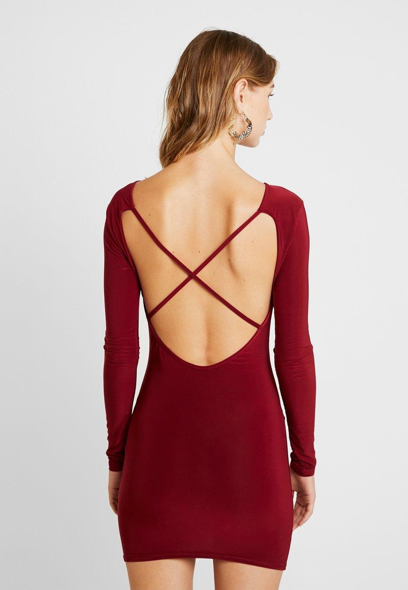 Missguided - SLINKY CROSS BACK MINI DRESS - Pouzdrové šaty - burgundy