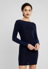 Missguided - SLINKY CROSS BACK MINI DRESS - Pouzdrové šaty - navy - 0