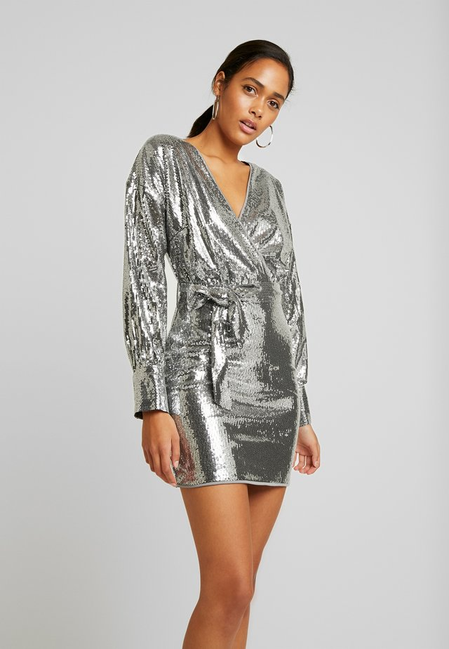 SEQUIN PLUNGE BELTED MINI DRESS - Cocktail dress / Party dress - silver