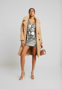 Missguided - SEQUIN PLUNGE BELTED MINI DRESS - Robe de soirée - silver - 2