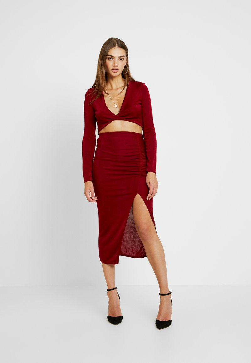 Missguided - SLINKY LONG SLEEVE TWIST FRONT CROP AND RUCHED MIDI SKIRT SET - Pencil skirt - red