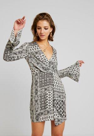 FLORAL PRINT DRAPE DETAIL MINI DRESS - Vestido informal - white