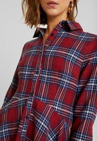 Missguided - BRUSHED SKATER SHIRT DRESS TARTAN - Freizeitkleid - burgundy - 6