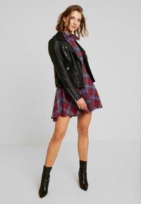 Missguided - BRUSHED SKATER SHIRT DRESS TARTAN - Freizeitkleid - burgundy - 2