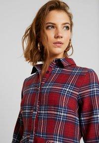 Missguided - BRUSHED SKATER SHIRT DRESS TARTAN - Freizeitkleid - burgundy - 4