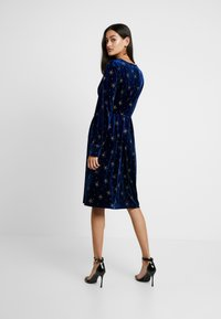 Missguided - LIGHT MAGIC GLITTER BUTTON FRONT MIDI DRESS - Denní šaty - blue - 2